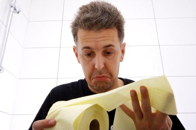 Dette bildet mangler alt-tekst; dets filnavn er A-sad-man-with-IBS-symptoms-looking-at-toilet-paper.jpg