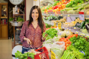 Woman shopping for healthy foods for her food elimination diet.